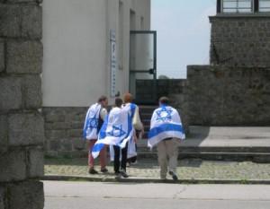 Svepta i israeliska flaggor besöker de Mauthausen